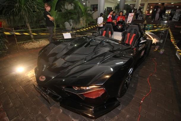 Pengunjung menyaksikan mobil listirk jenis supercar Lowo Ireng karya tim mobil listrik nasional (Molina) Institut Teknologi Sepuluh Nopember (ITS) saat ITS Expo 2016 di Surabaya, Jawa Timur, Rabu (16/11).