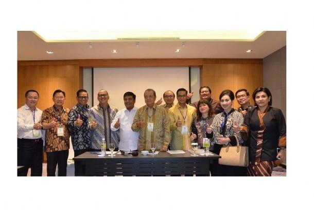 Pengurus Kadin memberikan keterangan pers di sela-sela rangkaian Rapimnas Kadin yang digelar di Hotel Radisson, Batam - Kepulauan Riau, Rabu  (13/12). Rapimnas Kadin mengagendakan upaya pembangunan daerah dan Sumber Daya Manusia.