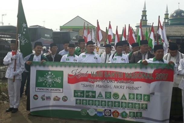 Pengurus PWNU DKI Jakarta melepas rombongan kirab santri pada peringatan Hari Santri Nasional 2017.