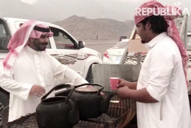Penjual dan pembeli teh Badui di Thaif