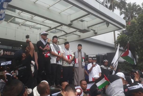 Pentolan Viking Club Persib Bandung, Yana Umar (kiri) tengah berorasi dalam aksi bela Palestina di Bandung, Jumat (15/12).