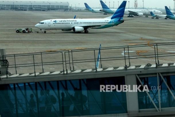 Penumpang menaiki pesawat di Terminal 3 Bandara Soekarno Hatta, Tangerang, Banten, Ahad (16/7).