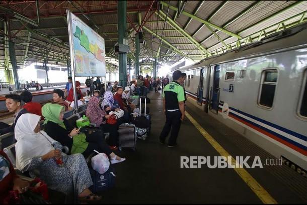 Penumpang menunggu kereta di Stasiun Gambir, Jakarta, Rabu (29/11). Memasuki libur panjang peringatan Maulid Nabi Muhammad SAW yang jatuh pada Jumat, 1 Desember 2017, PT KAI Daop 1 Jakarta akan mengoperasikan 11 Kereta Api (KA) tambahan tujuan Solo, Bandung, dan Cirebon yang dimulai pada 29 November hingga 4 Desember 2017.