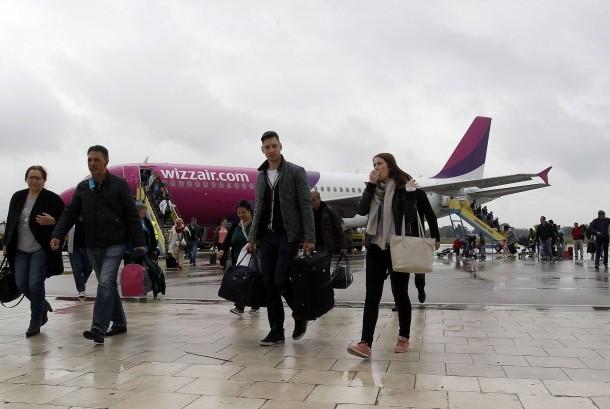 Penumpang pesawat tiba di bandara.