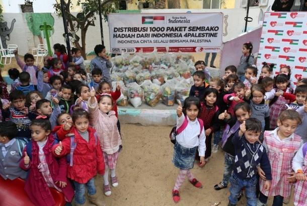 Penyaluran bantuan dari masyarakat Indonesia untuk warga Palestina.