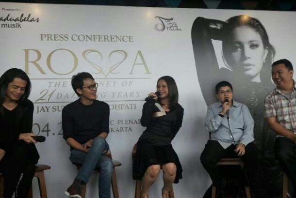 Penyanyi Rossa ditemani Jay Subiyakto dan Tohpati saat menggelar temu media acara konser tunggalnya April nanti.