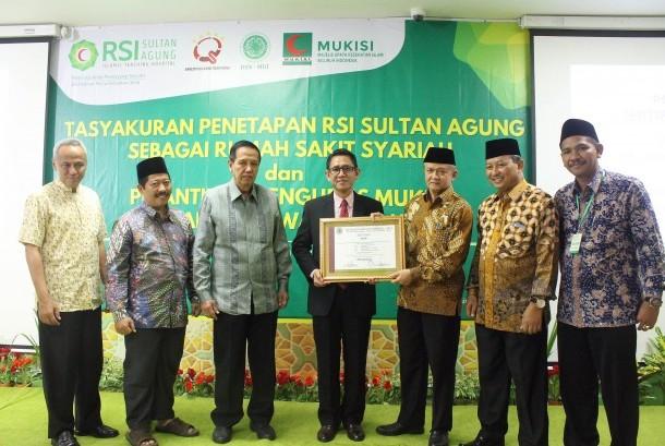 Penyerahan sertifikat DSN MUI kepada RSI Sultan Agung.