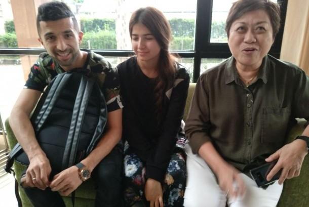 Penyerang asing Sriwijaya FC Manuchekhr Dzalilov (kiri) tiba di Palembang pada Senin (11/12) bersama istrinya Muhabbat Gulova (tengah) dan agennya, Ratna Mustika.