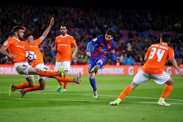 Penyerang Barcelona Lionel Messi (kedua kanan) melepaskan tendangan ke gawang Osasuna dalam pertandingan La Liga di Camp Nou, Kamis (27/4) dini hari WIB. Barcelona menang besar 7-1.