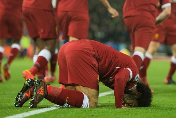 Penyerang Liverpool Mohamed Salah bersujud usai mencetak gol ke gawang Chelsea pada lanjutan Liga Primer di Stadion Anfield, Ahad (26/11) dini hari WIB.