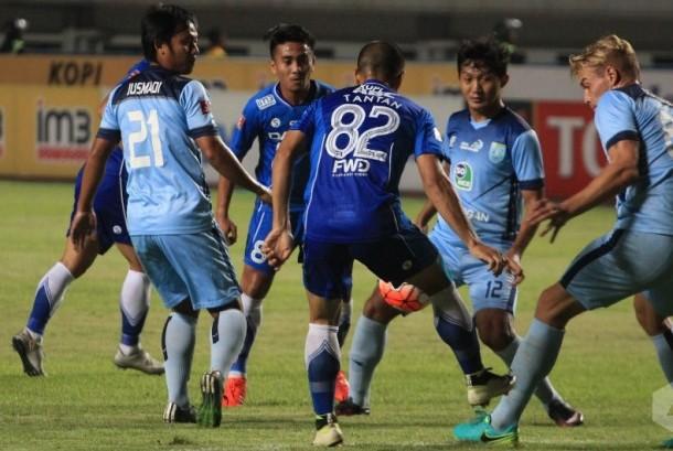 Penyerang Persib Tantang (tengah) berusaha merebut bola di tengah kepungan pemain Persela Lamongan.