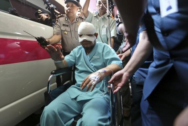 Penyidik KPK Novel Baswedan usai keluar dari rumah sakit, Selasa (11/4).