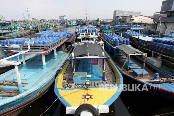 Perahu Nelayan besandar di kampung nelayan Muara Angke, Jakarta Utara, Kamis (29/6).