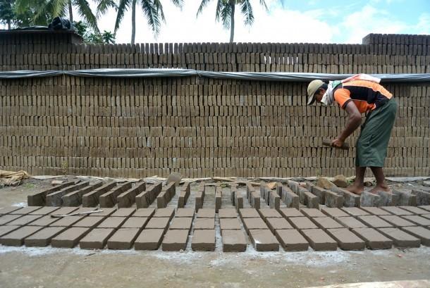 Perajin melakukan pembuatan batu bata. ilustrasi