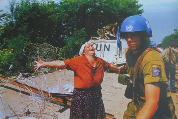 Perempuan Bosnia hiseris di depan pasukan Perdamaian PBB asal Belanda. Dia meanangisi kelarganya yang menjadi korban pembantaian Serbia. Foto ini ada di dinding Museum Pembanaian Muslim Bosnia di Srebencia.