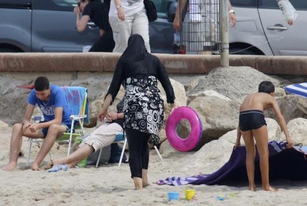 Perempuan Muslim mengenakan pakaian renang tertutup atau burkini di Pantai Marseille, Prancis, 17 Agustus 2016.