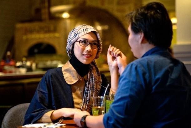 Perempuan yang mendahulukan hubungan dengan suaminya justru akan merasakan karier yang lebih baik.
