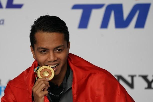 Perenang Indonesia I Gede Siman Sudartawa menggigit medali emas saat menjuarai final renang 50 meter gaya punggung putra SEA Games XXIX di National Aquatic Centre, kawasan Stadion Bukit Jalil, Kuala Lumpur, Malaysia, Senin (21/8) malam.