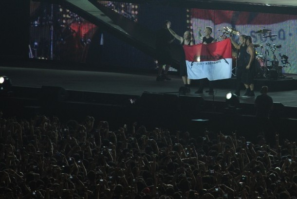 Nama Jokowi Dielukan Saat Bendera Merah Putih Bertuliskan Metallica Berkibar