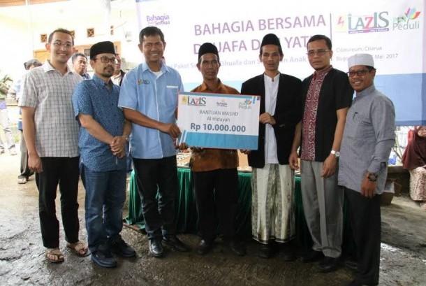 Perwakilan Lazis PLN ketika menyerahkan bantuan kepada warga di Bogor