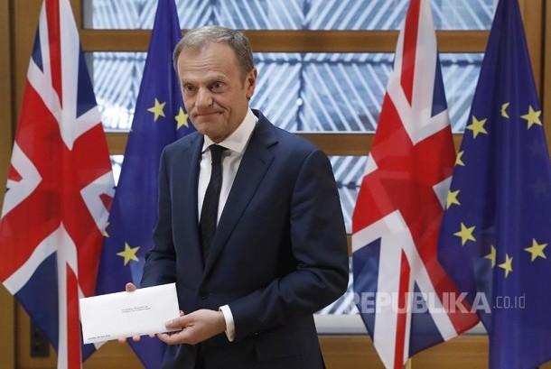 Presiden Uni Eropa  Donald Tusk memegang  surat resmi pengunduran diri Inggris dari Uni Eropa (Brexit) dari PM Inggris Theresia May kepada