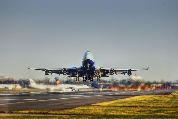 Pesawat bersiap lepas landas membawa penumpang yang hendak bepergian.