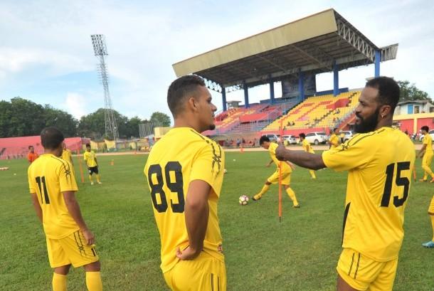 Pesepak bola asal Pantai Gading Didier Zokora (kanan) menjalani latihan perdana bersama Semen Padang FC di Stadion GOR H Agus Salim, Padang, Sumatra Barat, Selasa (25/4).