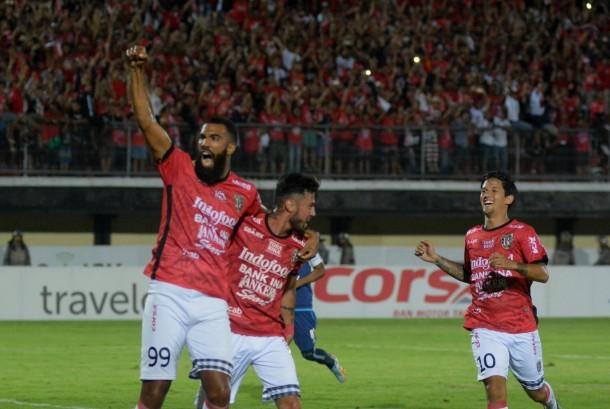 Pesepak bola Bali United Sylvano Dominique (kiri) bersama Stefano Lilipaly (tengah) dan Irfan Bachdim melakukan selebrasi setelah berhasil mencetak gol ke gawang Arema FC pada pertandingan Go-Jek Traveloka Liga 1 di Stadion Wayan Dipta Gianyar, Bali, Ahad (8/10).