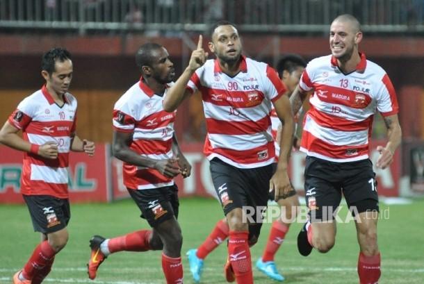 Pesepak bola Madura United FC Luis Carlos Junior (kedua kanan) melakukan selebrasi usai mencetak gol dalam laga penyisihan grup E, turnamen Piala Presiden 2017 di Stadion Gelora Ratu Pamelingan Pamekasan, Jawa Timur, Ahad (19/2).