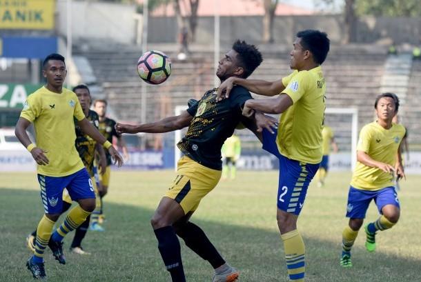 Pesepak bola Persegres Gresik United Ade Suhendra (kedua kanan) berebut bola dengan pesepak bola Barito Putera Willian Lira Souza (ketiga kanan) dalam lanjutan Liga 1 di Stadion Petrokimia Gresik, Jawa Timur, Ahad (17/9). Persegres Gresik United menang dengan skor 2-1.