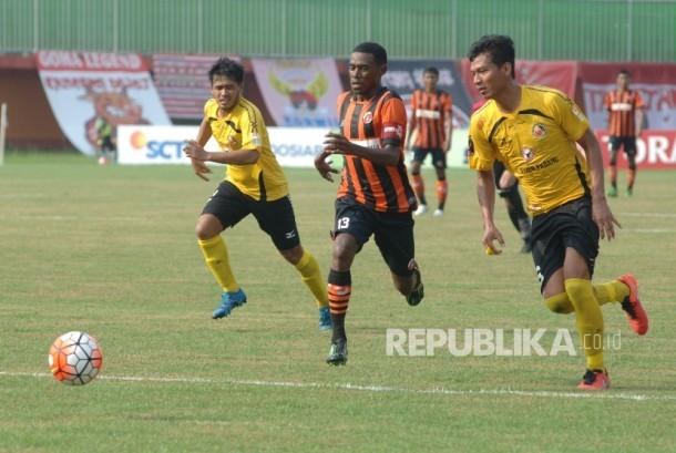 Pesepak bola Perseru Serui Franklin M Rumbiak (tengah) melewati pesepak bola Semen Padang saat penyisihan grup E turnamen Piala Presiden 2017 di Stadion Gelora Ratu Pamelingan (SGRP) Pamekasan, Jawa Timur, Ahad (19/2).