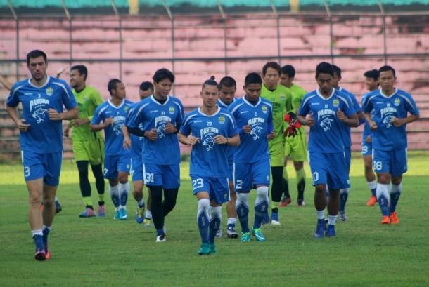 Pesepak bola Persib Bandung berlatih jelang laga uji coba melawan PSMS Medan di Stadion Teladan Medan, Sumatera Utara, Sabtu (25/3). Pertandingan tersebut guna persiapan mengikuti Liga 1 PSSI yang akan bergulir pertengahan April 2017.