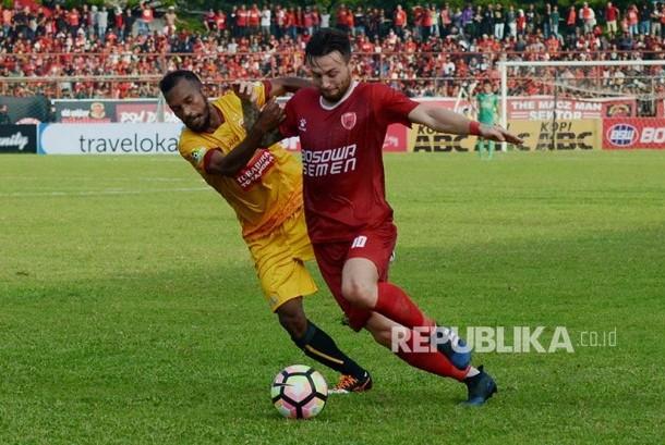 Gelandang PSM Makassar, Marc Antony Klok (kanan).