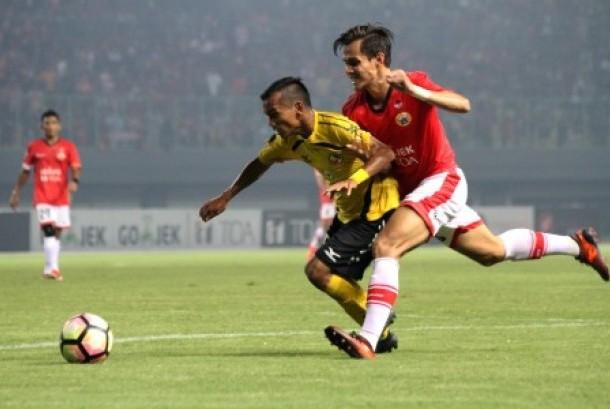 Pesepak bola Semen Padang FC Riko Simanjuntak (kiri) berebut bola dengan pesepak bola Persija Jakarta M Rezaldi Hehanusa (kanan) pada pertandingan Gojek Traveloka Liga 1, di Stadion Patriot Candrabhaga, Bekasi, Jawa Barat, Ahad (22/10). Pada pertandingan tersebut, tuan rumah Persija Jakarta berhasil mengalahkan Semen Padang FC dengan skor akhir 2-0.