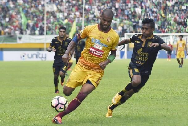 Pesepak bola Sriwijaya FC Hilton Moreira (kiri) berebut bola dengan pesepak bola Borneo FC Ricky Akbar Ohorella (kanan) dalam pertandingan Gojek Traveloka Liga 1 di Stadion Gelora Sriwijaya Jakabaring (GSJ), Jakabaring Sport City (JSC), Palembang, Sumatera Selatan, Sabtu (22/4).