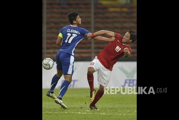 Pesepak bola Timnas U-22 Ezra Walian (kanan) berebut bola dengan pesepak bola Filipina U-22 Jaime Vicenzo pada babak penyisihan Grup B SEA Games XXIX  di Stadion Shah Alam, Selangor, Malaysia, Kamis (17/8).