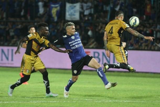 Striker Arema Cronus, Cristian Gonzales (tengah), berusaha melewati pesepak bola Mitra Kukar, Arthur Do Santos (kanan) dan Riski Pelu (kiri), dalam pertandingan semifinal Piala Jenderal Sudirman 2017. Pada Ahad (28/5) kedua tim akan bertemu pada laga lanjutan Liga 1.