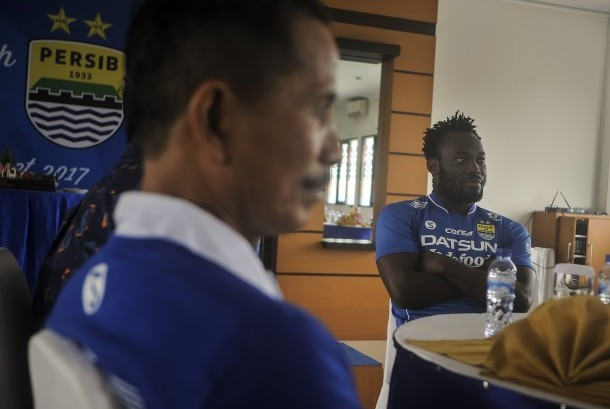 Pesepakbola Asal Ghana Michael Essien (kanan) duduk bersama pelatih tim Djajang Nurdjaman (kanan) pada acara Ulang Tahun Persib yang ke-84 tahun di PT. Persib Bandung Bermartabat, Bandung, Jawa Barat, Selasa (14/3).