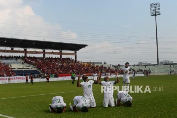 Pesepakbola Indonesia Marinus Mariyanto dan rekan melakukan selebrasi usai mencetak gol ke gawang Timor Leste pada Sea Games 2017 di Stadion Selayang, Malaysia, Ahad (20/8).