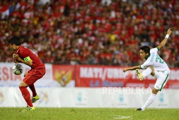 Pesepakbola Indonesia mencoba menembak bola ke gawang Vietnam pada pertandingan Sepakbola SEA Games Kuala Lumpur 2017 di Stadion Majelis Perbendaharaan Selayang, Malaysia, Selasa (22/8) malam.
