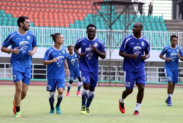 Pesepakbola Persib Bandung melakukan sesi latihan ringan di Stadion Pakansari, Cibinong, Kabupaten Bogor, Jawa Barat, Jumat (21/4).