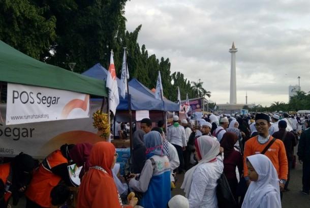 Peserta Aksi Bela Al Quds antusias mendatangani Pos Segar Rumah Zakat di kawasan Monas, Jakarta, Ahad (17/12).