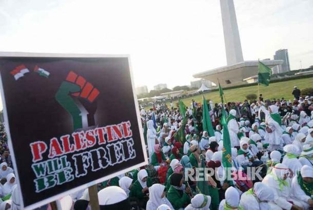 Peserta aksi bela Palestina memadati kawasan monas,Jakarta,ahad(17/12)