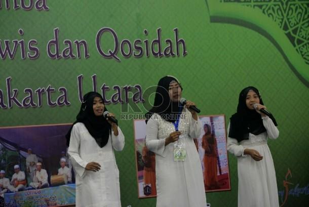Peserta lomba nasyid menunjukan kemampuannya saat mengikuti lomba nasyid, marawis dan qosidah tingkat Jakarta Utara di Jakarta Islamic Centre, Kamis (20/8).