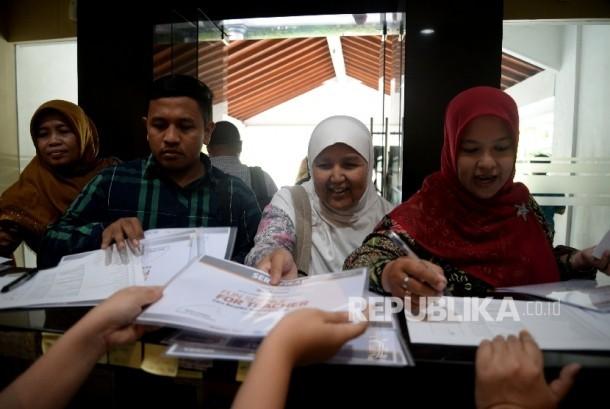 Peserta mengambil sertifikat usai mengikuti kegiatan Fun Science For Teacher di Kantor Republika, Jakarta, Sabtu (20/5).