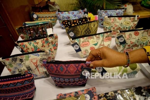 Peserta pameran Ekonomi Kreatif Rusunawa Jakarta (E-Kerja) menata hasil kerajinan ketika mengikuti pameran di Gedung Blok G, Balaikota Jakarta, Rabu (26/4).