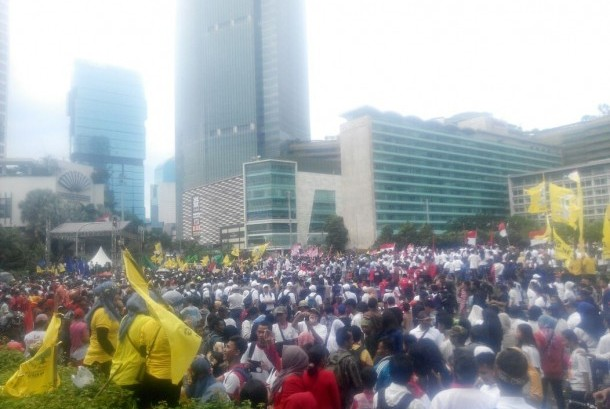 Peserta Parade Kebudayaan membawa atribu partai dalam mengikuti aksi di Jakarta pada Ahad (4/12).