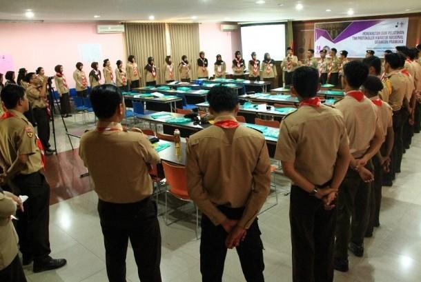 peserta pelatihan keprotokolan Kwarnas tampak antusias mendengarkan dan aktif melakukan praktik table manner,