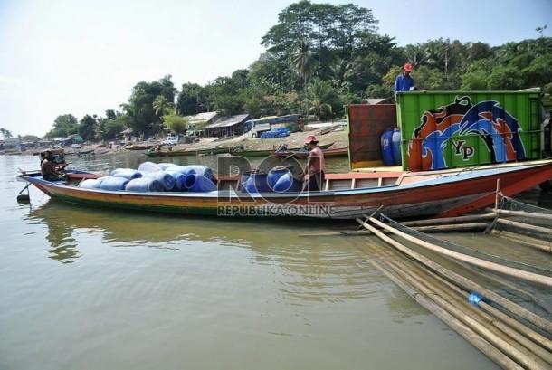 Petambak keramba apung memanen ikan mas yang dibudidayakan dengan tambak keramba apung di Waduk Jatiluhur, Purwakarta, Jawa Barat,Jumat (8/8).  (Republika/Prayogi)
