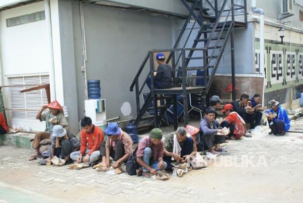 Petani Kendeng dan Karawang sedang menikmati makanan di Gedung Dakwah Muhammadiyah. Jum'at (17/3).